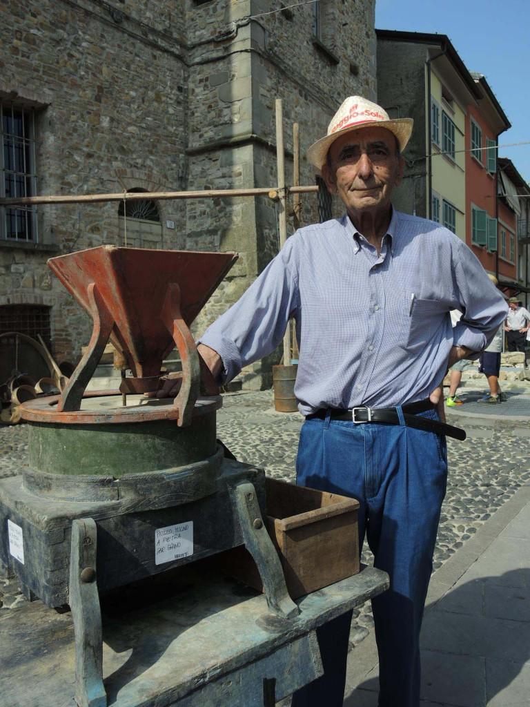 Giuseppe Marchetti alle prese con il mulino per macinare il grano
